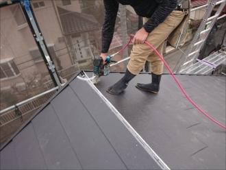 最後に釘を打ち込んで屋根葺き完了、残すは雨仕舞である棟の設置のみです