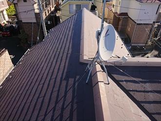 横浜市栄区公田町にて破損したスレート屋根に超軽量金属屋根スーパーガルテクト(Sシェイドブラウン)にてカバー工事