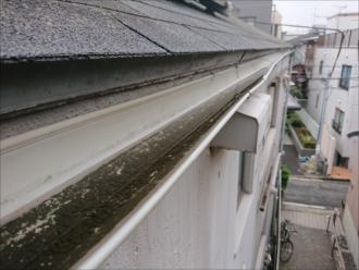 茅ヶ崎市松林にて歪んだ軒樋から溜まった雨水が溢れてしまっている…