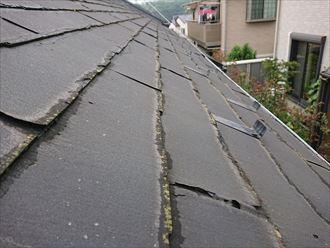 座間市相模が丘で調査したスレート屋根は、著しく傷んでいる状態でした