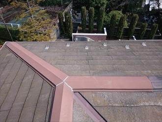 座間市四ツ谷にてカバー工事の為にスレート屋根調査、勾配が緩い影響で水はけが悪くスレート屋根材が割れてしまっていました