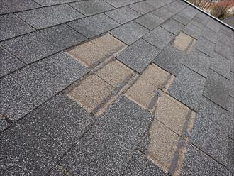屋根材の固定力を粘着にたよるところもあるシングル屋根材、メリットデメリットがあります
