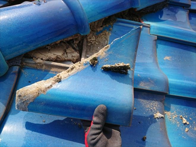 綺麗に割れたとお客様が思っていらしたのは棟の直下に葺かれていたカットされた桟瓦でした
