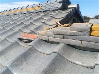 棟瓦を束ねている銅線が切れたことで銅線が切れたことで倒壊した