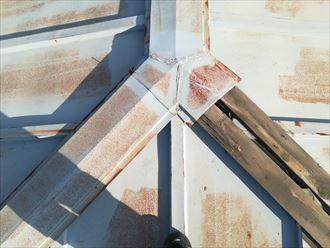 棟板金が飛散して貫板が露出した棟