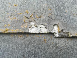 過去に塗装した塗膜と一緒にスレートも剥がれてきている