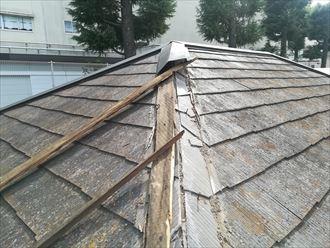 大和市下鶴間で調査したスレート屋根の棟板金は、飛散して貫板も無くなっておりました