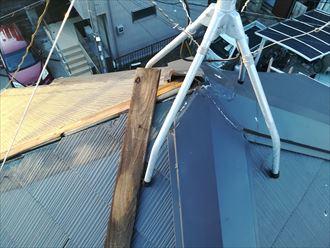 根元から屋根の棟板金が飛散