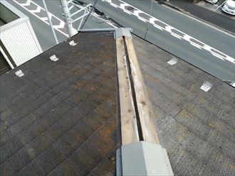 大和市桜森で1か所だけ飛散した棟板金、飛散していない棟板金も同様の傾向があります