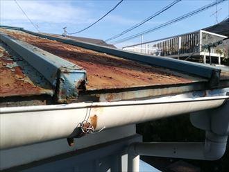逗子市池子の瓦棒葺きの板金屋根は、錆びが著しく屋根葺き替え工事が必要でした