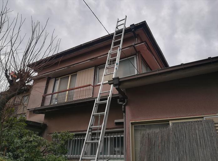 雨漏りをしているスレート屋根を調査