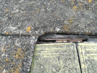 割れたスレートの隙間に雨漏りの原因あり