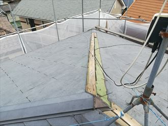 寒川町倉見で調査したスレート屋根は、棟板金が外れて今にも落下しそうな状態でした