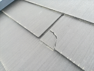 太陽光パネル周辺のスレート材の割れ