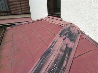 棟板金の元の色が見えている