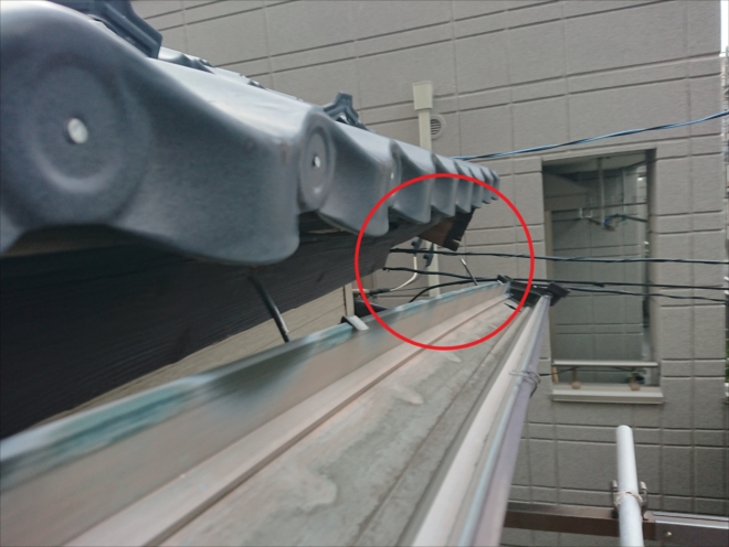 破風板が腐食した影響で雨樋がはずれています