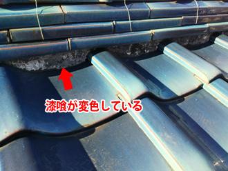 鎌倉市手広 棟の漆喰が変色している