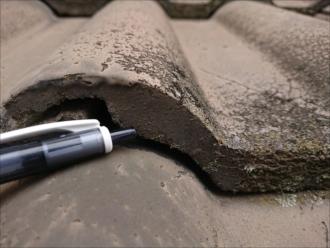 こちらは洋瓦ですが、端部がスパっと綺麗に切られているように処理されています。もしここに凹凸がある場合はモニエル瓦と呼ばれる洋瓦となります。既に販売していない為に補修もできない屋根材です。