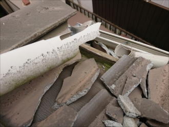 下屋にのせている這樋も割れてしまっており、瓦も割れ軒樋に乗っている状態でした