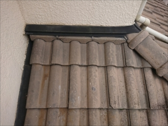 外壁と屋根があたる取り合いには雨押えや捨て谷と呼ばれる板金役物が設置されています