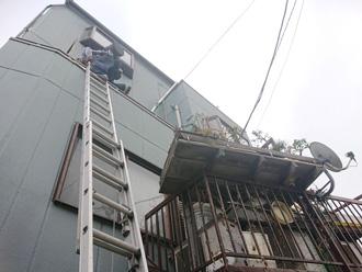 三浦郡葉山町堀内 梯子で屋根に上る 棟板金交換工事