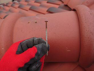 座間市座間で行った洋瓦屋根の点検、棟瓦の釘抜けと漆喰のひび割れがありました