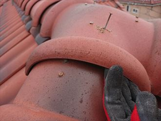 洋瓦屋根使用している棟瓦の釘抜け