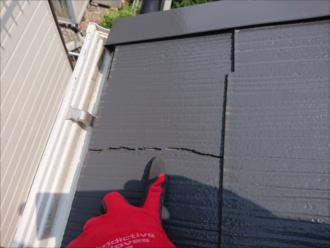 屋根全体を見渡すと所々に割れた箇所が確認できます