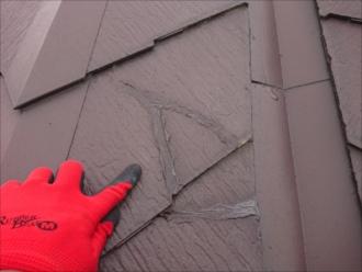 以前塗装した業者がコロニアルNEOと知らずに塗装してしまってコーキングで埋めた跡