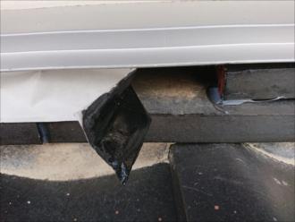 ブチルテープをはがしてみると内部は道路に落ちた熨斗瓦が無い状態そのままになっており、とても修繕しているとは言えません