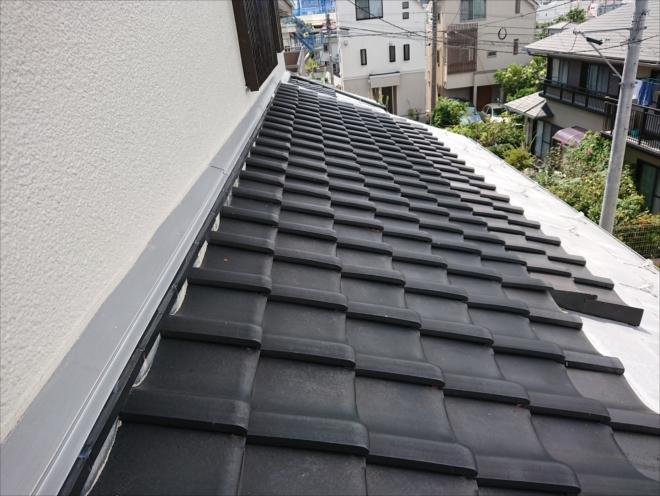 軒桁までを金属板などが使われ内部は瓦の奴葺き屋根