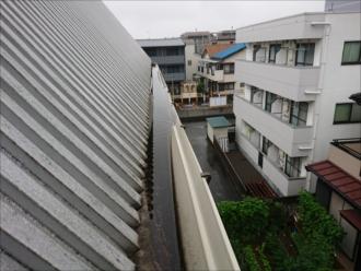 座間市さがみ野にて三階建てアパートの雨樋から雨水が溢れ出てしまっており交換が必要な状態でした