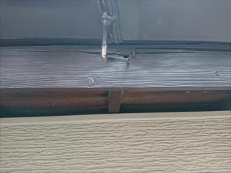 雨水や湿気を吸い込んで黒ずんで腐食した破風鼻隠し板