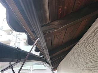 垂木と野地板が見える昔ながらの工法で建てられた木造住宅