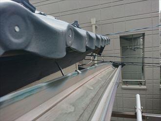 金属屋根の軒先に取り付けてある雨樋の歪み