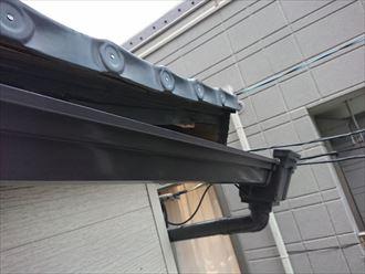金属屋根の軒先に取り付けてある軒樋の歪み
