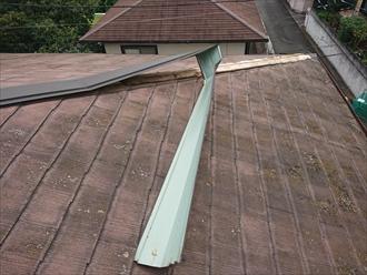 風の影響でめくれ上がった棟板金