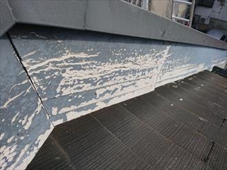 破風板の塗膜が剥がれ始めている