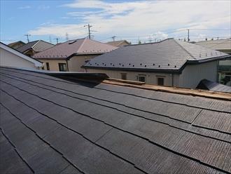 残っている屋根の棟板金が捲れ上がっている