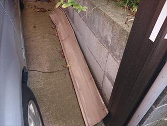 飛散した棟板金はガレージに置いてありました