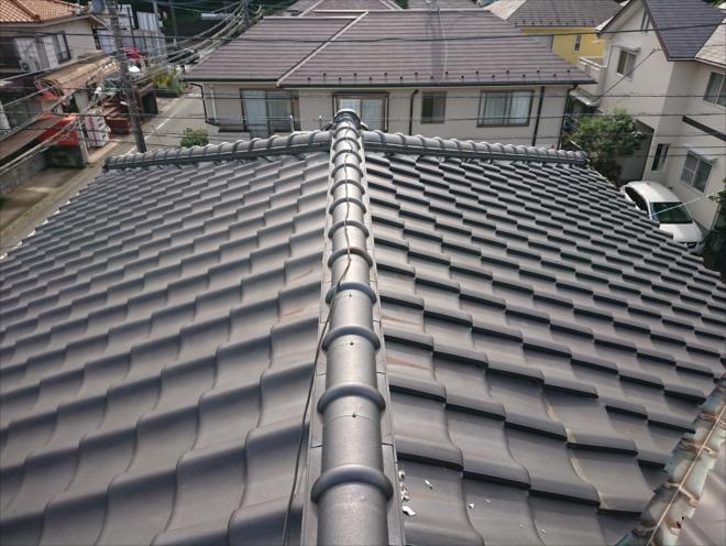 銀黒で葺かれた綺麗な日本家屋の屋根