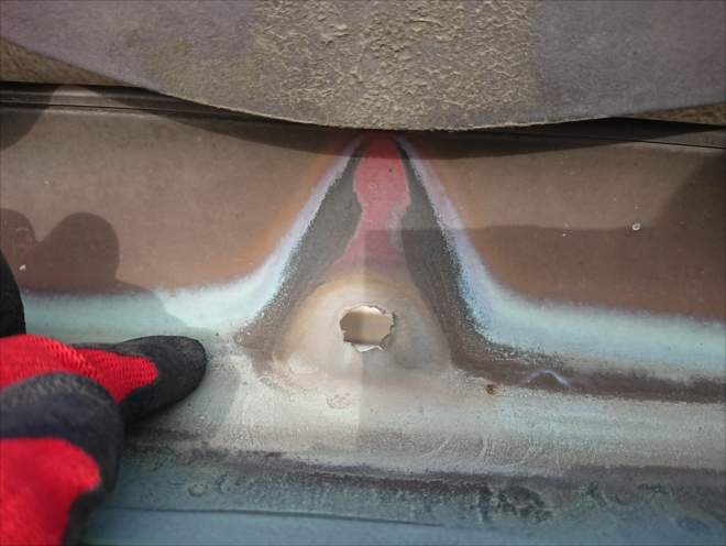 梯子を架けて屋根上から見ると穴があいているのが確認できました