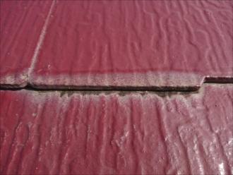 塗装時に縁切りがされていなく、端部が裏側に回った雨水を排出できずに吸い込んで変色している様子