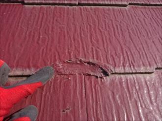 棟板金よりも屋根材自体の異変に気付きました。使われていた屋根材はコロニアルNEO。塗装が無駄になってしまう屋根材です。