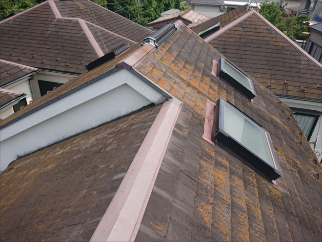 急勾配な上にトップライトが三か所もついていた化粧スレートで葺かれた屋根