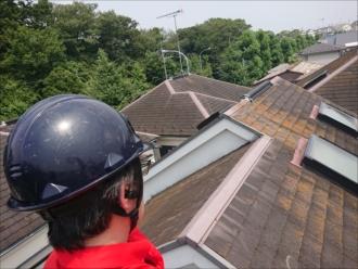 藤沢市大庭にて強風の影響でテレビ用アンテナが倒壊し化粧スレートが割れてしまった屋根の様子