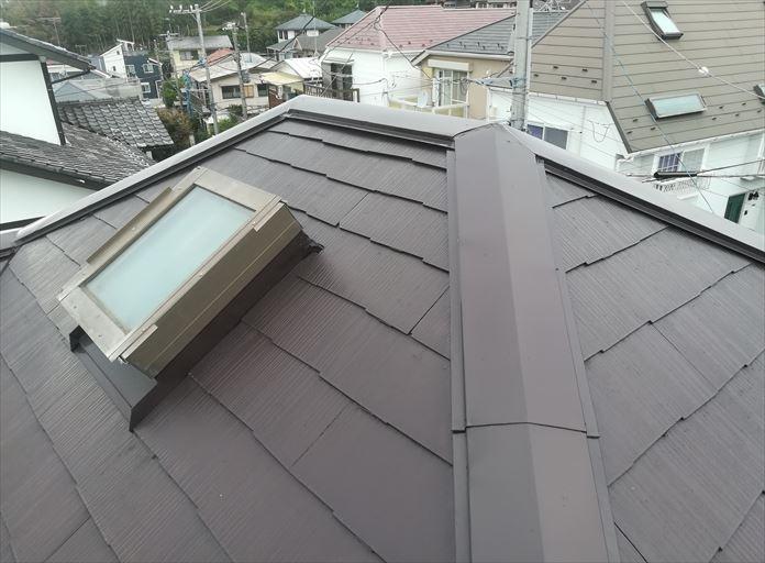 塗装されたばかりのスレート屋根の棟板金が飛ばされる