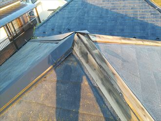 鎌倉市御成町で屋根の棟板金が落下、風の影響を受けやすい部材です
