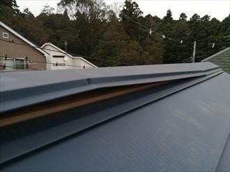 座間市ひばりが丘の屋根の棟板金は、固定している釘も抜けており全体的にメンテナンスが必要でした
