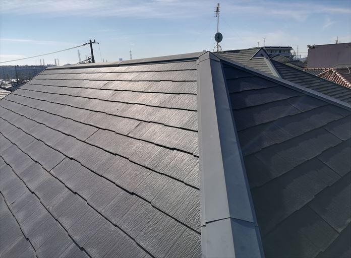 スレートの状態を確認するために屋根に上がります